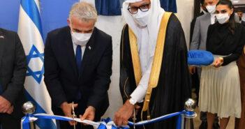 Le ministre israélien des Affaires étrangères Lapid inaugure l'ambassade d'Israël à Bahreïn